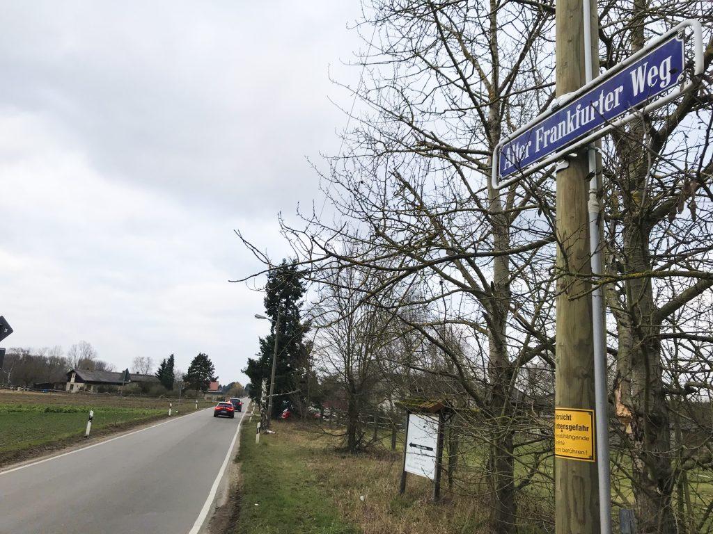 """Ein Stück der Kreisstraße 3 hinter Lampertheim heißt """"Alter Frankfurter Weg""""."""